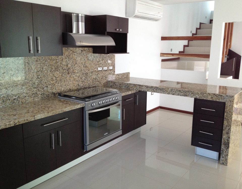 Cocinas de granito gallery of cocina con isla de estilo for Melamina color marmol