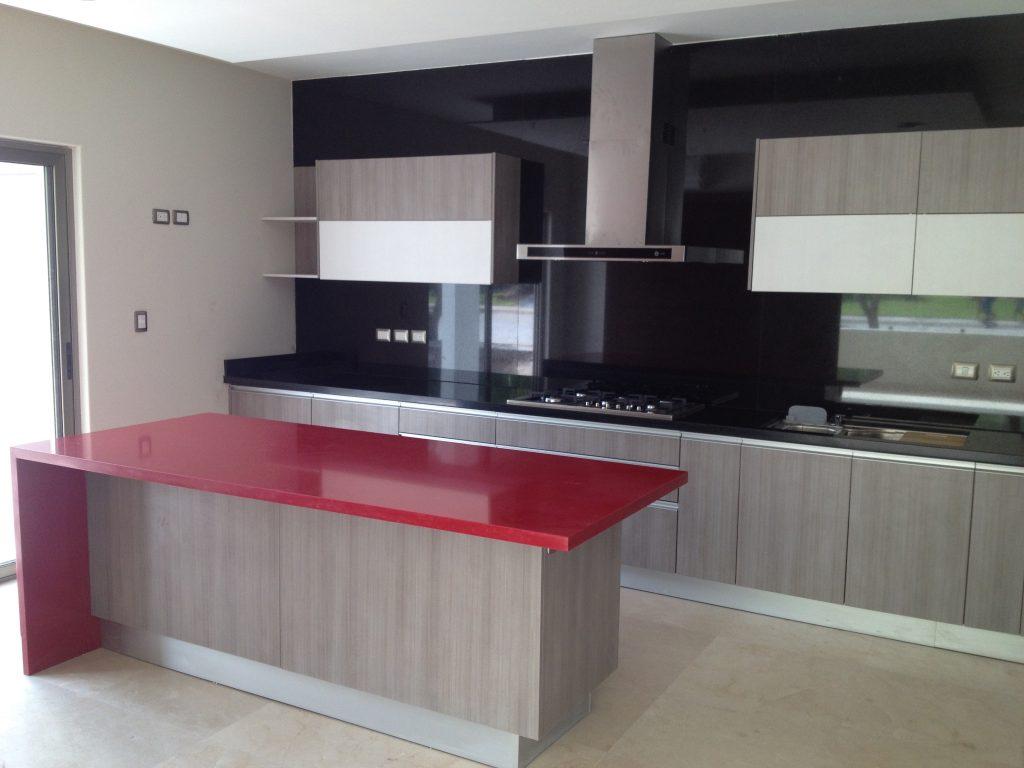 Cocina ceniza con jaladera en aluminio - Cocinas con granito ...
